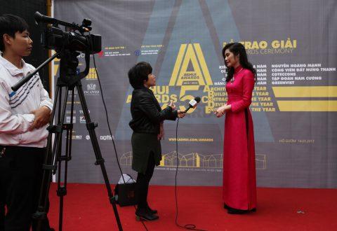 Phó Chủ tịch Tập đoàn Nam Cường - bà Trần Thị Quỳnh Ngọc trả lời phỏng vấn Đài truyền hình Hà Nội sau lễ trao giải