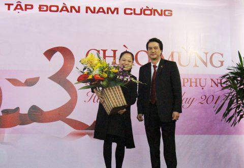 Bà Hồ Thị Thu Mai nhận lẵng hoa chúc mừng từ Phó Tổng giám đốc Tống Thành Nguyên