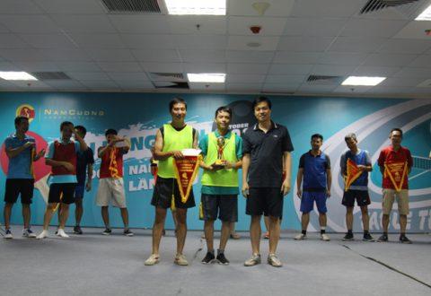 Ông Trần Oanh trao cờ và cúp cho cặp đôi nam dành giải vô địch tại giải